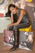 Джия Хан (Jiah Khan) в джинсах и сапогах